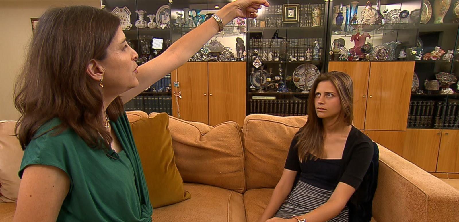 Lisa Machenberg hipnotizando a filha (Foto: Reprodução)