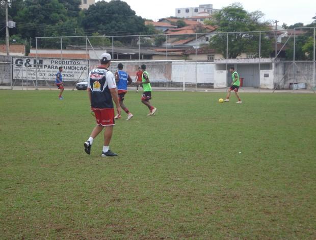 Lúdyo Santos comanda treino do Itaúna Júnior no estádio José Flávio. (Foto: Cleber Corrêa)