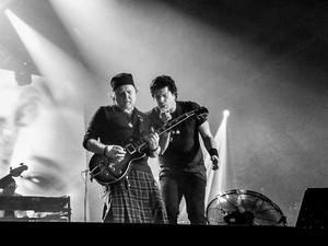 Paulo Ricardo cantando ao lado do guitarrista Tuco Marcondes (Foto: Juliana Hippertt/Ghsow)