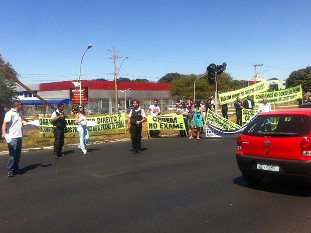 Com faixas, manifestantes bloquearam uma faixa da via L2 Sul, em Brasília, em protesto contra exame da OAB (Foto: Isabella Formiga/G1)