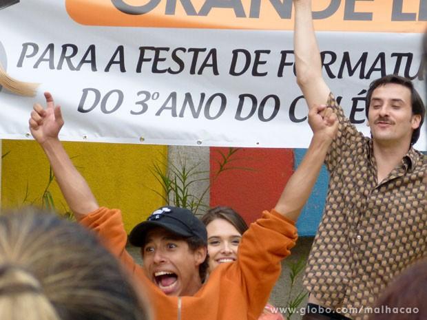 Pilha comemora a compra da calcinha, mesmo sem saber como vai pagar! (Foto: Malhação/ TV Globo)