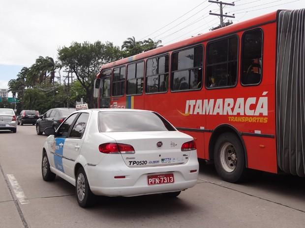 Táxis circulam por avenidas de Olinda, Recife e Jaboatão geralmente ocupados. (Foto: Katherine Coutinho / G1)