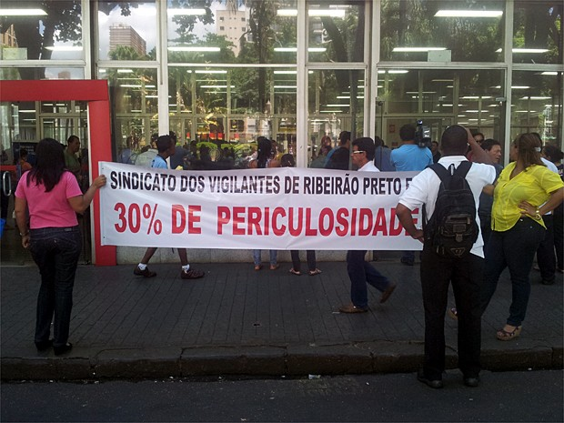 Manifestação pediu que bancos paguem adicional de 30% de periculosidade (Foto: Adriano Oliveira/G1)