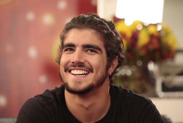 Caio Castro exibe o novo visual com os cabelos cacheados de volta (Foto: Caldeirão/TV Globo)