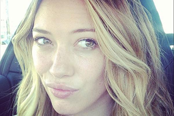 A cantora e atriz Hilary Duff também mostrou seu rostinho sem medo de ser julgada (Foto: Instagram)