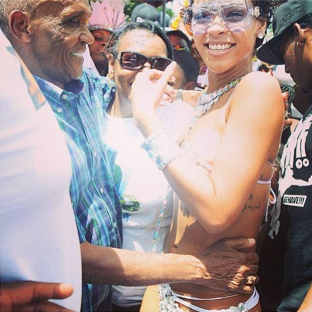 Rihanna e o avô (Foto: Instagram/Reprodução)