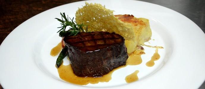 Carne tem maior espessura para ficar ao gosto dos franceses, diz chef Sidney Degaine (Foto: Cléber Akamine)