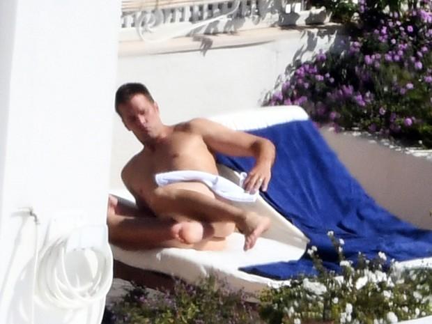 Tom Brady em piscina de hotel em Positano, na Itália (Foto: Grosby Group/ Agência)