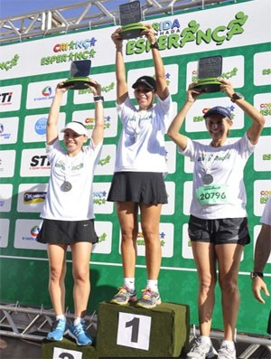 Gabriela Marques, Marcela Nardez e Lucilene Delfino levantam troféu (Foto: Ulisses Lalio)