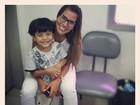 Futura dentista, Adriana posa com paciente mirim e brinca: 'Apaixonei'