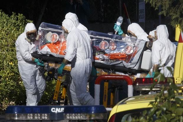 Equipe transporta o missionário espanhol Miguel Pajares em sua chegada a hospital em Madri nesta quarta-feira (7). Ele foi infectado pelo vírus ebola na Libéria (Foto: Ignacio Gil-ABC/Reuters)