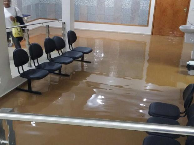 Hospital Santa Lúcia, na zona Sul, foi atingido pela enxurrada em Poços.  (Foto: Reprodução Whatsapp)
