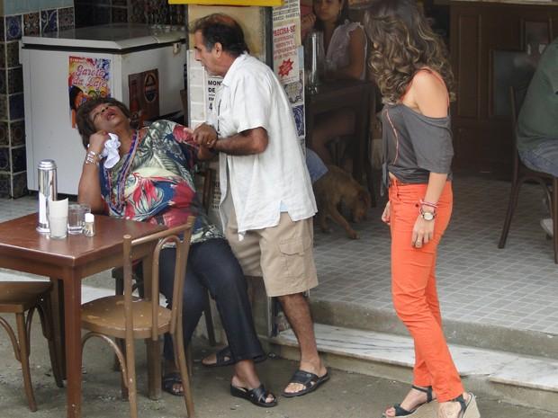 Diva finge desmaio para escapar de Morena (Foto: Salve Jorge / TV Globo)
