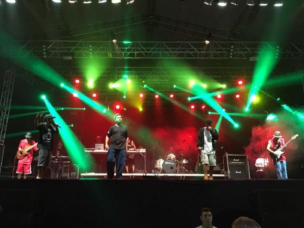 Favela Soul foi a segunda banda da noite (Foto: Pedro Neto/G1)