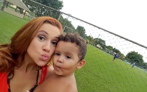 Karina Quadros e seu filho Theo em momento de lazer (Foto: Karina Quadros/Arquivo Pessoal)