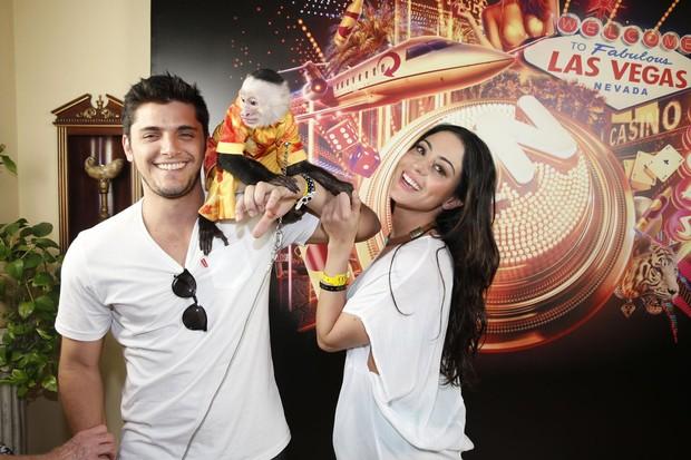 Bruno Gissoni e Carol Castro se divertem com macaquinho em Las Vegas (Foto: Felipe Panfili/AgNews)