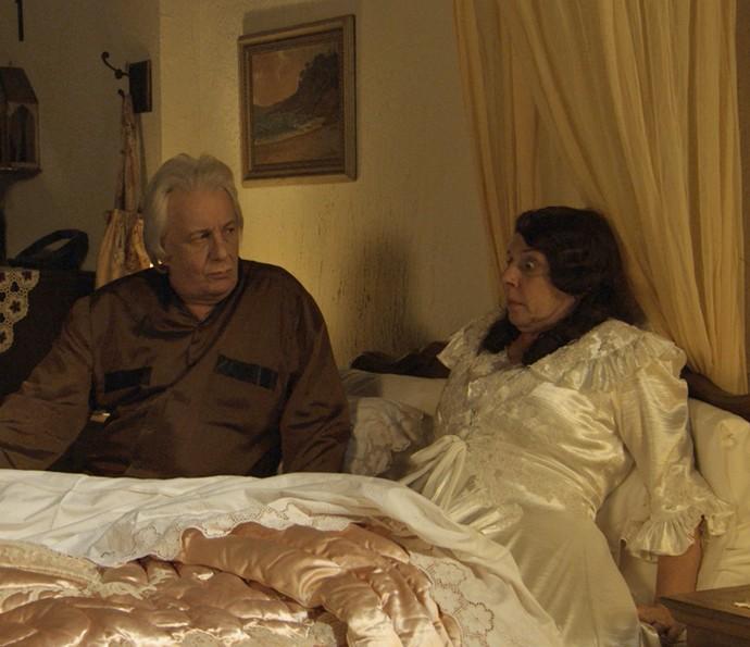 Eponina finalmente vê o 'cegonho' (Foto: TV Globo)
