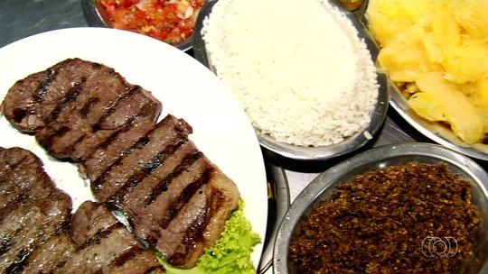 Empresário mostra como preparar carne de sol maturada, em Goiânia