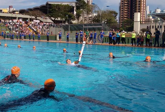 Tocha Olímpica piscina Maringá (Foto: Erick Gimenes)