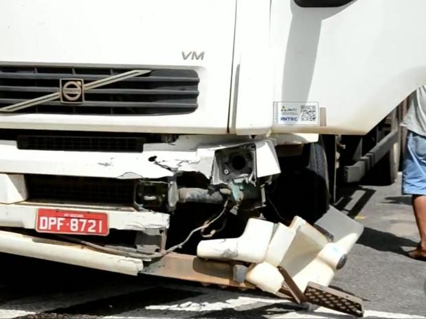 Incêndio em carro começou após veículo bater de frente com caminhão na MG-381 (Foto: Luciano Lopes)