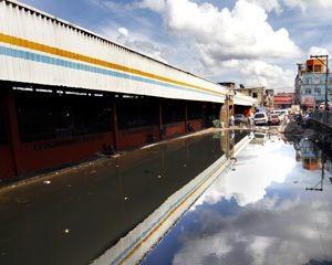 Feira Manaus Moderna começa a sentir efeitos da cheia (Foto: Márcio James/Semcom)