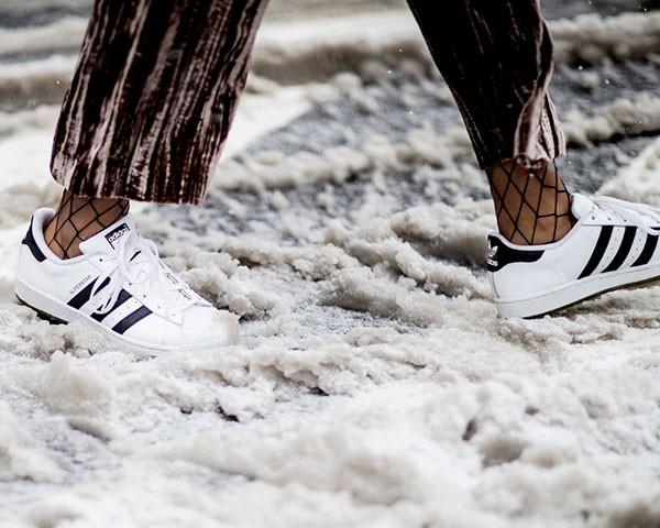 Combinar a meia arrastão com sapatos é mais fácil do que você imagina (Foto: Imaxtree)