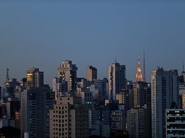 Prédios são iluminados pela luz do amanhecer em São Paulo visto a partir da Zona Norte da cidade (Foto: Hélvio Romero/Estadão Conteúdo)