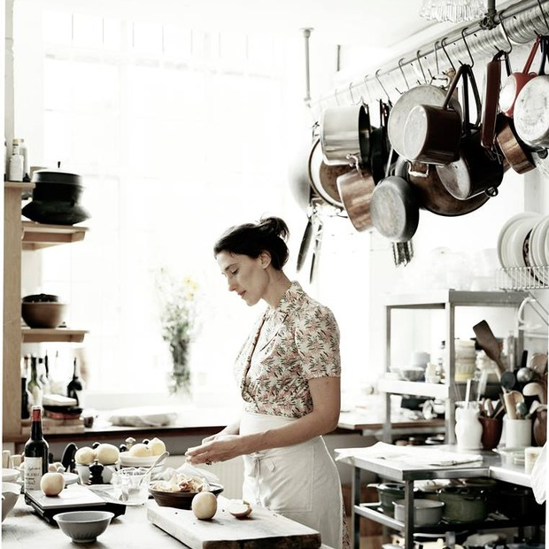 Paola Carosella fazendo o que mais gosta: cozinhando (Foto: Reprodução/Facebook/Paola Carosella)