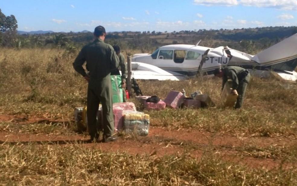 Avião com 500 kg de cocaína é interceptado em Jussara, Goiás (Foto: Divulgação/PM)