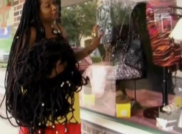 Asha 'passeia' com seus cabelos pelas ruas da Flórida (Foto: Reprodução)