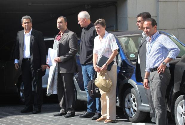 Inspetores da ONU aguardam seus veículos para deixar hotel em Damasco e retomar missão que investiga armas químicas (Foto: AFP)