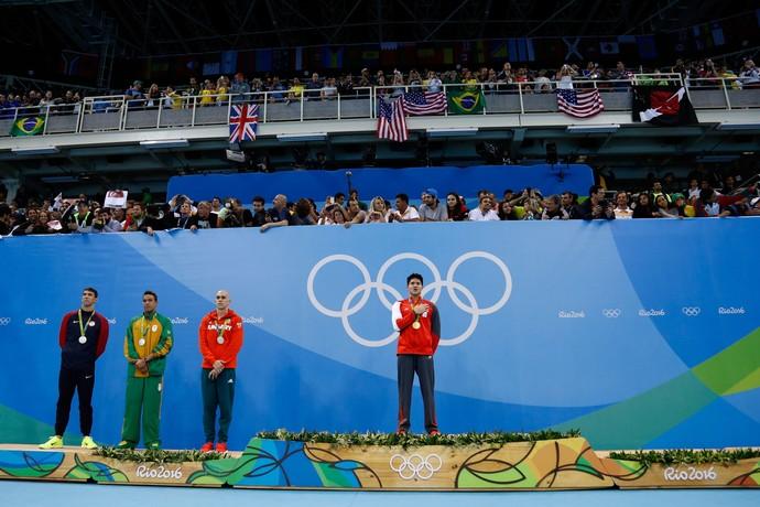 Joseph Schooling no lugar mais alto do pódio, deixando de lado, Michael Phelps, Chad Le Clos e Laszlo Cseh (Foto: Getty Images)