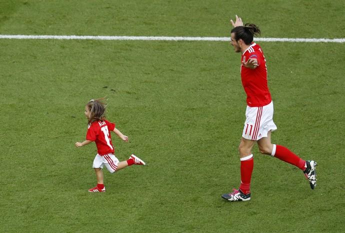 Gareth Bale e a filha, País de Gales (Foto: REUTERS/Christian Hartmann)
