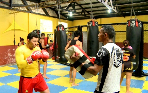 Adgeferson Diniz (amarelo) concilia o tempo com os treinamentos e instruindo os alunos do seu próprio centro de treinamento (Foto: Globo Esporte Acre)