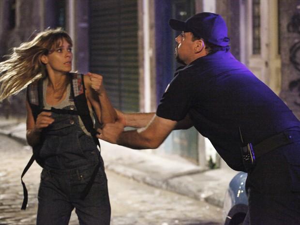 Jéssica é devolvida para Russo por policial aliado (Foto: Salve Jorge/TV Globo)