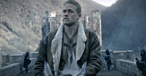 """Com """"Rei Arthur"""", Guy Ritchie desmistifica a obviedade da narrativa medieval (Foto: Divulgação)"""