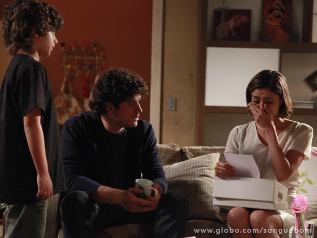 Amora cai no choro ao ler o bilhete deixado pela irmã (Foto: Ellen Soares/TV Globo)
