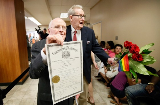 George Harris exibe a certidão de casamento, ao lado do marido, Jack Evans. Foi o primeiro casamento gay do Texas (Foto: Tony Gutierrez/AP)