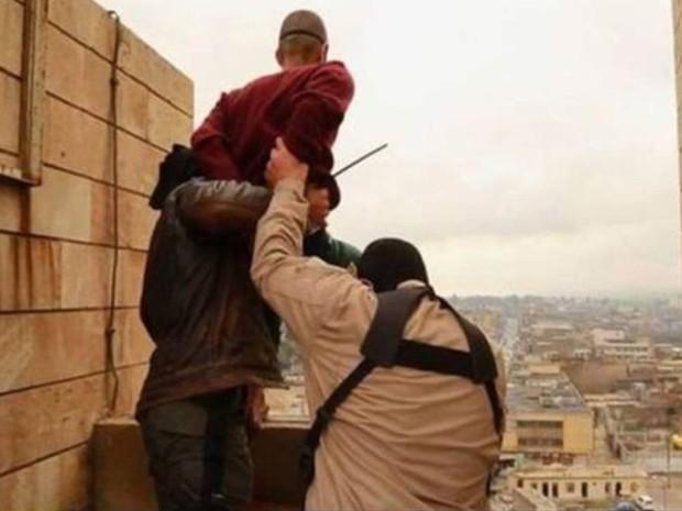 Homossexuais são jogados de prédios em territórios controlados pelo Estado Islâmico  (Foto: Reprodução/BBC)