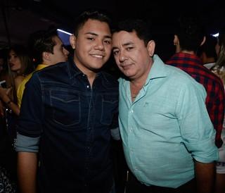 Felipe Araújo e João Reis, respectivamente irmão e pai de Cristiano Araújo, em show em Goiânia, Goiás (Foto: Francisco Cepeda/ Ag. News)