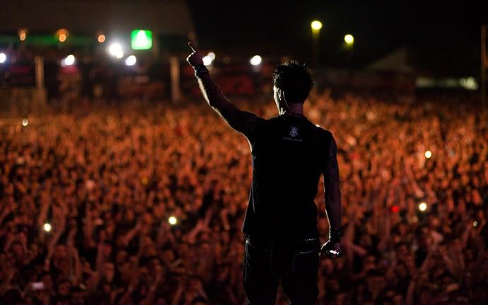 Dinho Ouro Preto recebe o carinho dos fãs do João Rock 2015 (Foto: Érico Andrade/G1)