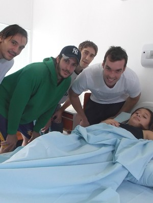 Atletas do São José Basquete com paciente do GACC (Foto: Danilo Sardinha/Globoesporte.com)