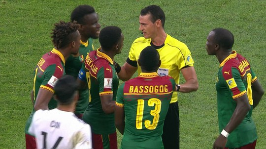 Técnico de Camarões vê rigor exagerado e fica sem entender confusão do árbitro