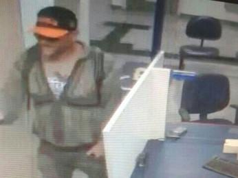 Imagem de câmera de segurança mostra suspeito de assalto a banco (Foto: TV Globo/ Reprodução)