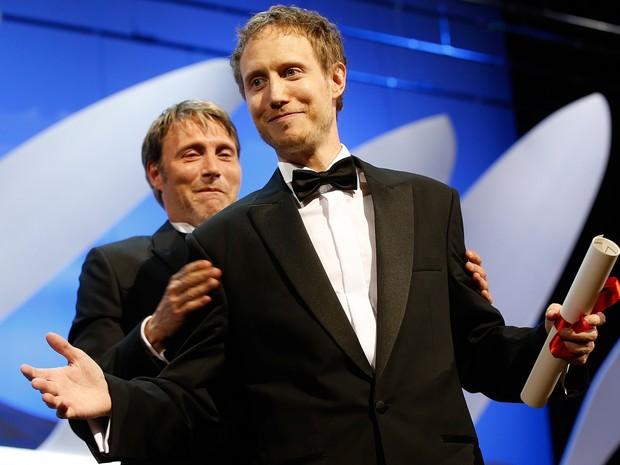O húngaro Laszlo Nemes comemora a vitória na categoria grande prêmio pelo filme 'Saul Fia' (Foto: Valery Hache / AFP)