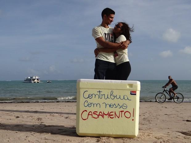 Juntos há 5 meses, casal decidiu vender água na praia para juntar dinheiro para casamento. (Foto: Larissa Vasconcelos/G1)