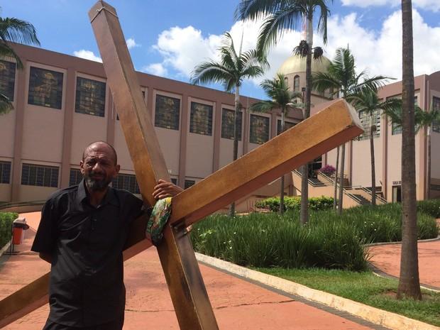 Paulo Cícero de Lima foi a pé de Brasília a Trindade para deixar cruz Goiás (Foto: Vanessa Martins/G1)