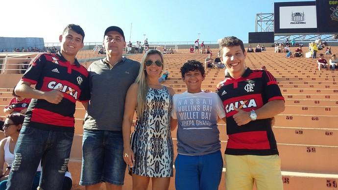 Igor, Marco, Luciana, Kayky e Ruan: a família de Felipe Vizeu no Pacaembu (Foto: Pedro Venancio)