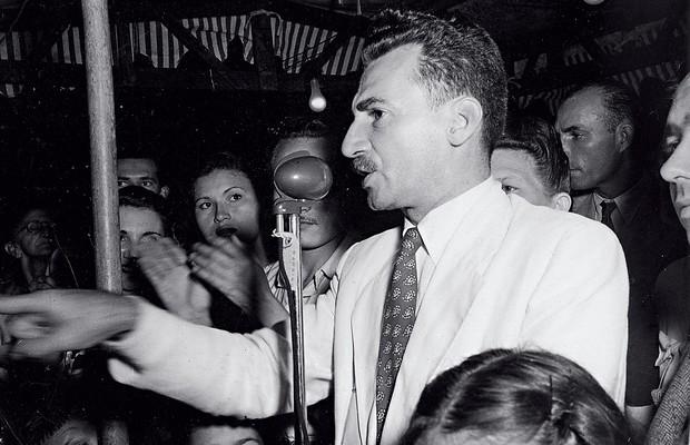 TUTELA Jorge Amado, num comício em 1946. Durante a fase comunista, o partido interferiu em  sua obra (Foto: Acervo Fundação Casa de Jorge Amado)