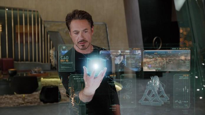 Tony Stark manipula computadores e seu assistente virtual Jarvis em 'Home de Ferro' (Foto: Divulgação/Marvel)